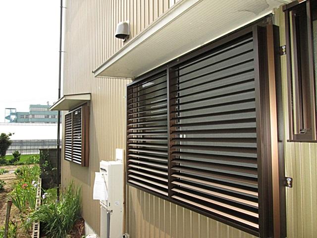 隣地とのプライバシーを守る為、窓にルーバーを取り付けました。可動式なので採光や通風を調節することが出来ます。