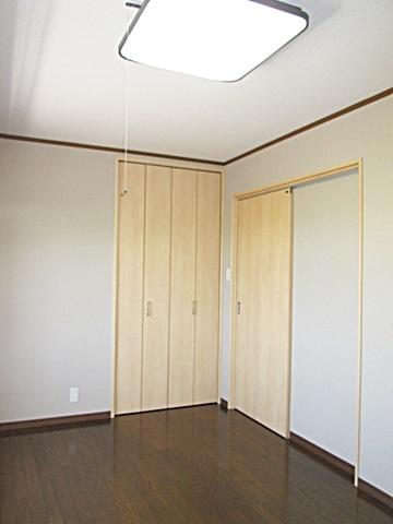 2階の寝室は、ダークブラウンの床材と木目が美しい建具のコントラストが鮮やかです。