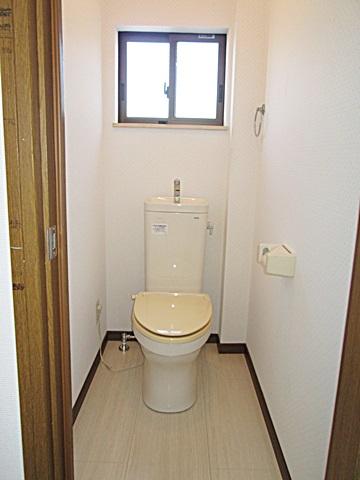 以前、階段だった部分に2階のトイレを移動しました。サッシを取り付けて明るい個室になりました。