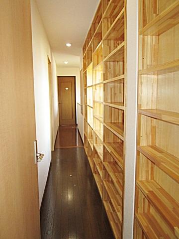 2階の廊下は造り付の本棚が並び大量の書物が収納可能になっています。