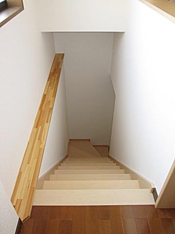 階段は、以前あった場所から位置を変えて掛け替えました。段数を増やして勾配を緩くしました。