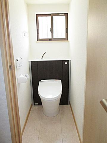 1階のトイレは、LIXILの「エレシャスI型」を選定されました。収納一体型便器でタンクレストイレのようなすっきりしたデザインになっています。