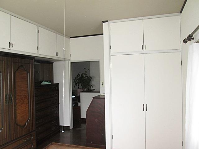 2階居室の壁のビニールクロスを貼り替えました。白いクロスで部屋がとても明るく感じられます。