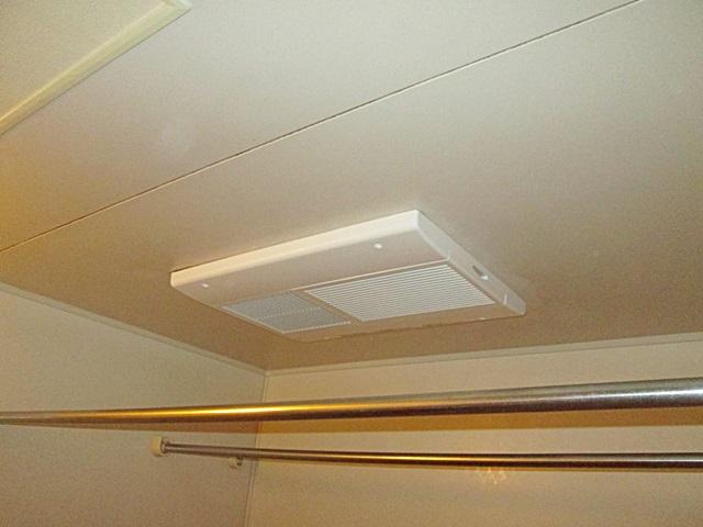 浴室換気扇の交換と、戸襖の補修を行いました。