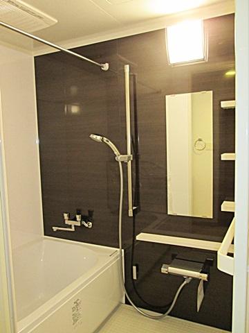 新しい浴室は、アクセントパネルで落ち着いた雰囲気の空間になりました。