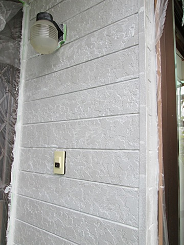 外壁にシーラー塗装(下塗り)を行いました。シーラーとは下地素材と上塗りとを密着させる為の接着材の役割を果たします。