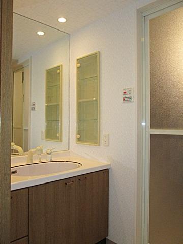 洗面化粧台は既設を再利用しています。大きなミラーで空間が広く感じられます。