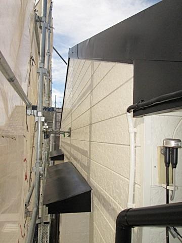 破風板と霧除けの屋根は、錆止めを塗装後にブラックのシリコン性塗料で仕上げました。