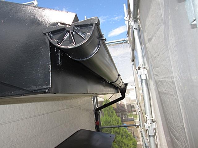 鼻隠し板と樋もブラックで仕上げ外観のアクセントにしています。また軒天はホワイトで美しく仕上げられました。
