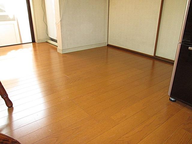 ダイニングキッチンの床を張り増ししました。
