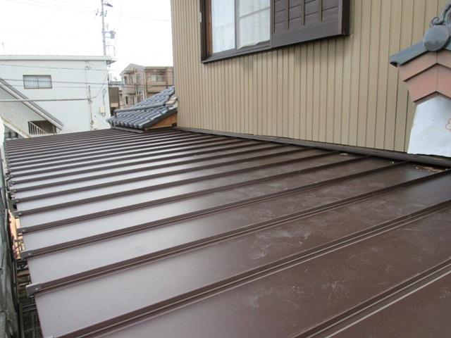 増築部分の屋根です。建て方を行った後、野地板・ルーフィングを張り、ガルバリウム鋼鈑のワンタッチルーフで葺きました。