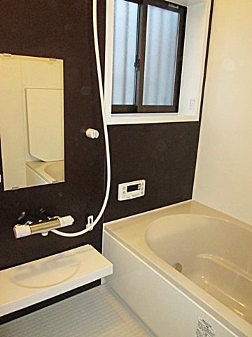浴室のリフォームが完成しました。浴槽は以前よりサイズが大きくなり、ゆっくりくつろいでご入浴頂けます。ユニットバスの設置時に壁に断熱材を充填したので、冬でも暖かくご利用頂けます。