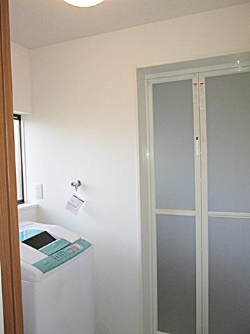 洗濯・脱衣室も完成しました。壁と天井はクロス貼り、床は耐水性の高いクッションフロアー貼りとしました。