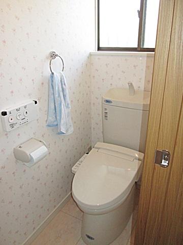 ピンクの花柄が可愛らしく暖かな印象の個室になりました。シャワートイレはシンプルで使い易くなっています。