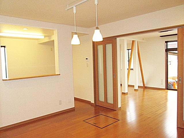 間仕切の扉を開けるとダイニングから居間へと続くとても広い空間になります。床下にはポリスチレンフォーム製の断熱材を充填し、2重張りの丈夫な床を造りました。