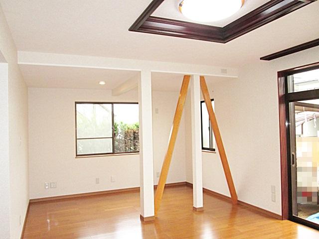 居間の全景です。強度上筋交が外せない為化粧仕上げとし、開放感を得ています。