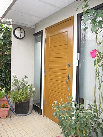 玄関ドアの塗装をしました。