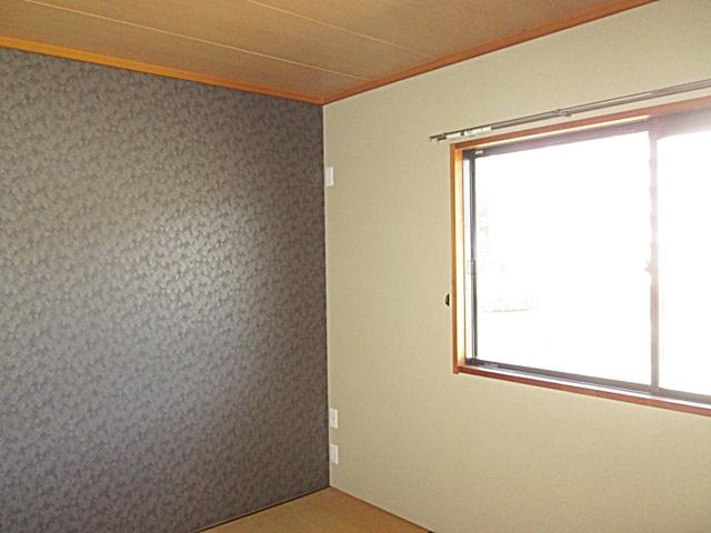2階の和室は壁紙を貼り替えました。1面のみ濃い色合いのクロスにして重厚感のある落ち着いた和室になりました。