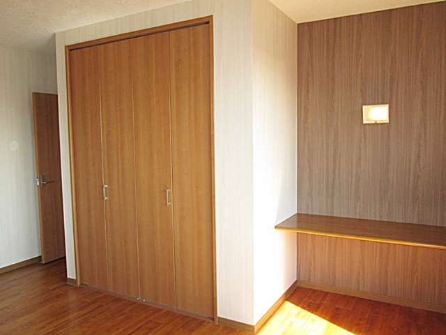 2階の寝室は、出入口のドアとクローゼットドアを取り替えクロスを貼り替えました。机裏のクロスのみ色を変えアクセントにしました。
