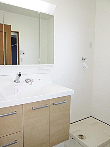 洗面所も床のクッションフロアーと壁・天井クロスを貼り替えました。洗面化粧台は、LIXILの「洗面化粧台ピアラ」に取替ています。大型の洗面ボールで使い易さがアップしています。