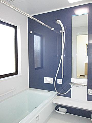 ユニットバスは、TOTO「サザナ<T>タイプ」を選定されました。ブルーのアクセントパネルが爽やかな印象を与え最新の機能を完備した、くつろげる浴室となりました。