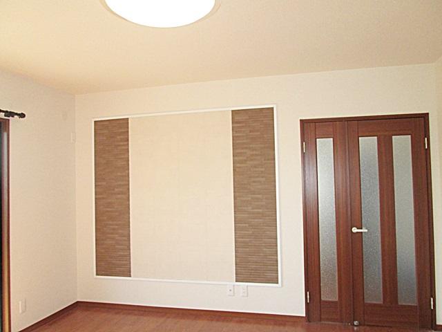 居間の壁に、LIXILの「エコカラット」を貼りました。お部屋の調湿やにおい、ホルムアルデヒドの吸着を行ってくれます。