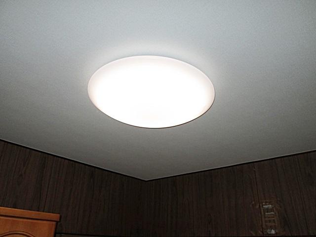 洋室の天井にビニールクロスを貼り、照明器具を交換しました。