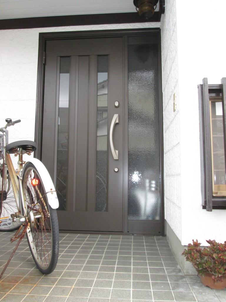 玄関サッシの取り替えをしました。