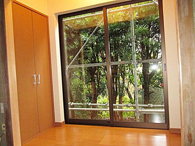 和室に隣接して、新たに縁側と物入れを増築しました。
