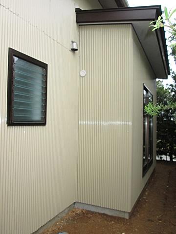 増築部分の外部です。外壁は塗装して既設との色を合わせ、違和感なく仕上げました。