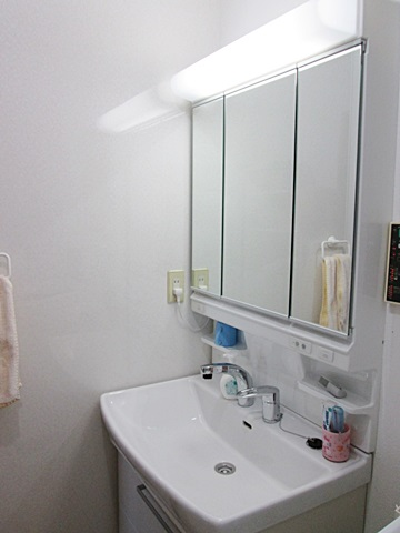 洗面化粧台の側面には不燃化粧板「アイカセラール」を貼り、日頃のお手入れがし易いようにしました。