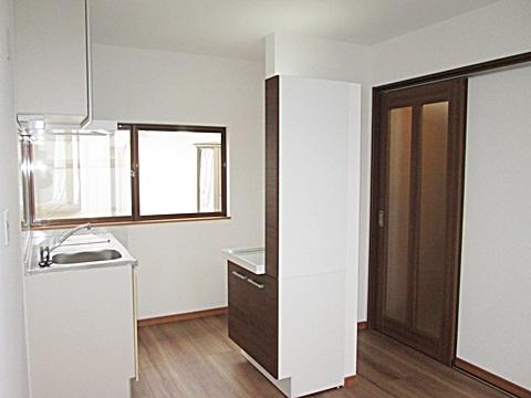 2階に一部屋を増築する工事を行いました。ミニキッチン、洗面化粧台、奥に洗濯機置き場等、一通りの水廻り機能を備えました。
