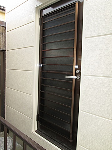 勝手口のドアを通風タイプの物に取り替えました。