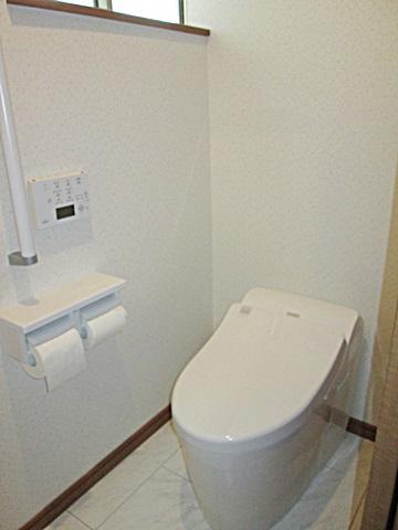 新しいトイレはTOTOの「ネオレストRH」を選定され、最新の機能を装備したタンクレストイレとなっています。ホワイトで統一され、明るく衛生的な空間になりました。またトイレ内にコンパクトな手洗いも取り付けました。