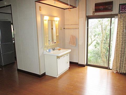 ダイニングキッチンは床下断熱材を敷き、床の張り増しをしました。また一角に既設の洗面化粧台を付け直しました。