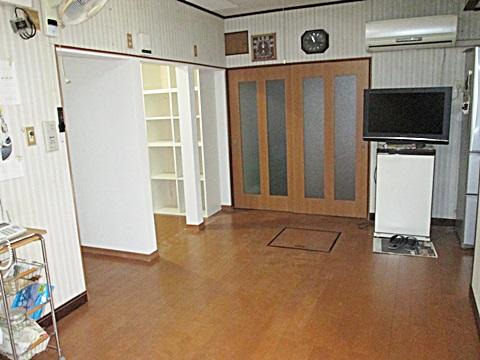 廊下に続く引違いのドアを造り直しました。窓を設けたことにより、部屋がとても明るくなったとご好評いただきました。