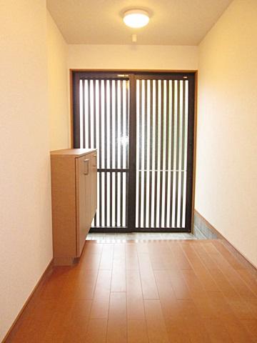 玄関サッシを取り替えました。格子から差し込む光で、とても趣のある玄関になりました。床も組み直したので、真新しいフローリングが爽やかな印象です。