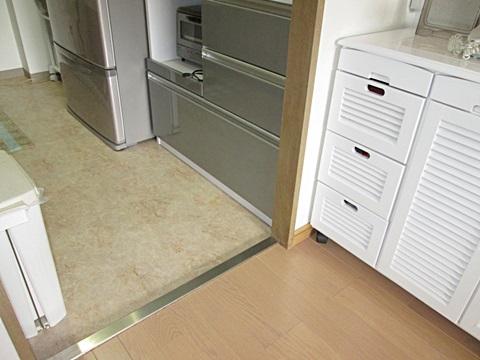 キッチンの床を、お手入れのしやすいクッションフロアーで仕上げました。