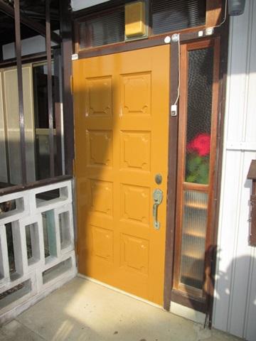 玄関ドアの塗り替えをしました。