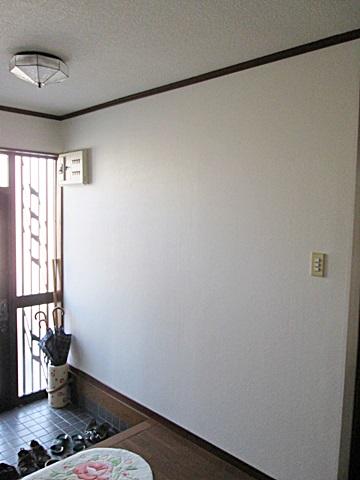 玄関ホールと廊下のクロスも貼り替えました。