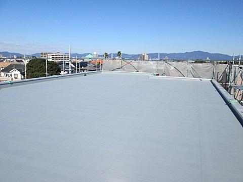 屋根のシート防水は、色の劣化はありましたが状態はよかったので、プライマー塗装(下塗り)と防水塗料のトップコートを2度塗りして仕上げました。