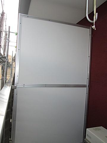 隣戸との隔て板をホワイトで仕上げました。軒天と同じく、明るく綺麗になりました。