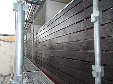 ベランダの木製腰壁は、チョコレート色で仕上げ重厚感を出しています。