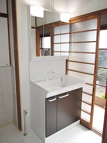 洗面所は床を耐水フロアーに貼り替え、洗面化粧台を取り替えました。洗面ボールが大きく使い易くなっています。