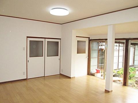 内装リフォームを行った居間は、縁側と一続きとしました。既存の床を撤去後床下地を組み直し、断熱材を充填してから二重張りの丈夫な床を作りました。日差しが奥まで差込む、明るく暖かなお部屋に生まれ変わりました。