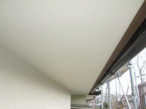 軒天は、外壁と同じくアイボリー色のエマルションペイント(水性塗料)を2回塗りで仕上げました。