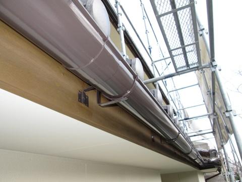 樋はチョコレート色で仕上げ、鼻隠しの木板はガードラックアクアで木の質感を生かしました。
