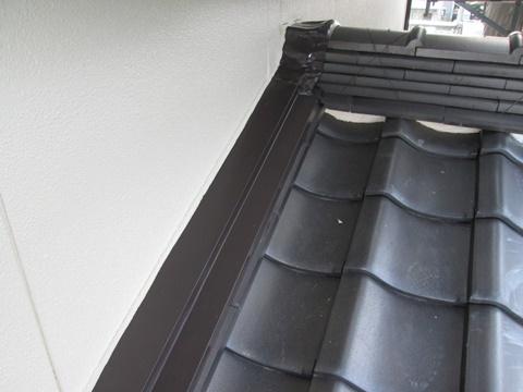屋根水切りは、チョコレート色で仕上げています。