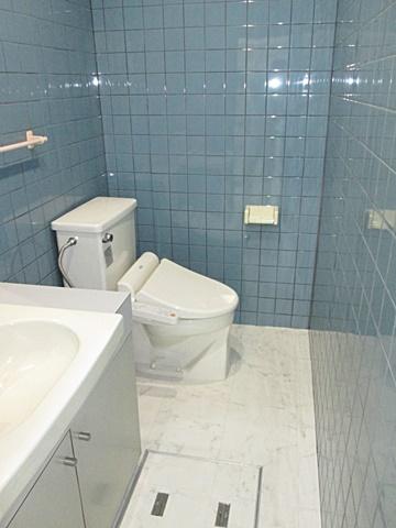 トイレは、床をタイルからクッションフロアーに変更しました。また天井のビニールクロスを貼り替え、白を基調に明るい空間になりました。便座もシャワー付きに変更し快適にご利用いただけるようにしました。