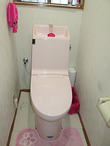 トイレを取り替えました。ピンクで可愛らしい雰囲気になりました。